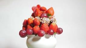 Ramo delicioso de la fruta que hace girar en un fondo blanco almacen de video