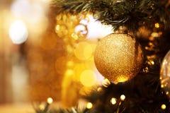 Ramo dell'abete con le palle e le luci festive immagine stock libera da diritti