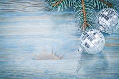 Ramo dell'abete delle bagattelle dello specchio di Natale sullo spazio h della copia del bordo di legno Immagine Stock