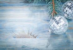 Ramo dell'abete delle palle dello specchio di Natale sullo spazio della copia del bordo di legno Fotografia Stock