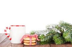 Ramo dell'albero di Natale, biscotti e tazza del vin brulé Fotografia Stock