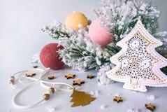 Ramo dell'albero di Natale con i giocattoli di festa fotografia stock