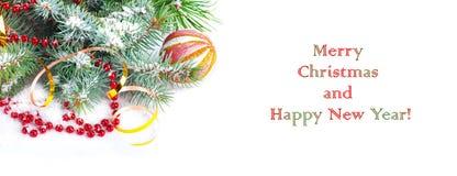 Ramo dell'albero di Natale con il nastro dell'oro e la sfera rossa Fotografia Stock Libera da Diritti