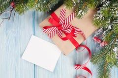 Ramo dell'albero di Natale, con il regalo e la cartolina d'auguri Immagini Stock