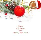 Ramo dell'albero di Natale con la serpentina dell'oro, sfera rossa, Fotografia Stock Libera da Diritti
