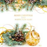 Ramo dell'albero di Natale con la sfera tortuosa e gialla dell'oro Fotografie Stock