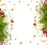 Ramo dell'albero di Natale con la sfera tortuosa e rossa dell'oro Immagine Stock