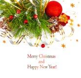 Ramo dell'albero di Natale con la sfera tortuosa e rossa dell'oro Fotografie Stock Libere da Diritti