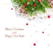 Ramo dell'albero di Natale con la sfera tortuosa e rossa dell'oro Fotografia Stock Libera da Diritti