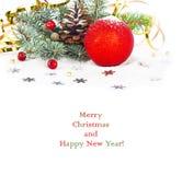 Ramo dell'albero di Natale con la sfera tortuosa e rossa dell'oro Immagini Stock
