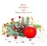 Ramo dell'albero di Natale con la sfera tortuosa e rossa dell'oro Immagini Stock Libere da Diritti