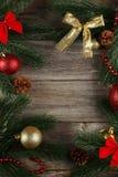 Ramo dell'albero di Natale con le palle su fondo di legno grigio Fotografia Stock Libera da Diritti