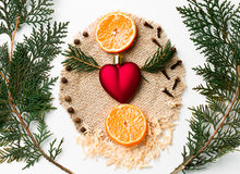 Ramo dell'albero di Natale, decorazione del cuore di natale, nuovo anno del mandarino su bianco Concetto creativo di giorno del ` Fotografie Stock Libere da Diritti
