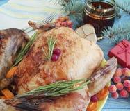 Ramo dell'albero di Natale del pollo su un fondo di legno Immagini Stock Libere da Diritti