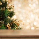 Ramo dell'albero di Natale dietro la tavola o lo scaffale di legno vuota immagine stock libera da diritti
