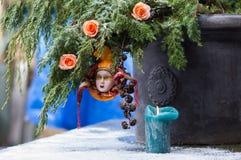 Ramo dell'Natale-albero del primo piano con l'arlecchino veneziano della decorazione Fotografia Stock