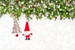 Ramo di albero decorato dell'abete di Natale con Santa su fondo di legno bianco Copi lo spazio Fotografia Stock