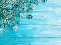 Ramo di albero, palla di stagione, neve su un fondo di legno blu, struttura della carta fotografie stock libere da diritti
