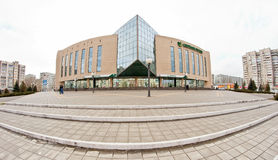Ramo di Sberbank della Russia sul primo piano di un a più piani Fotografie Stock Libere da Diritti