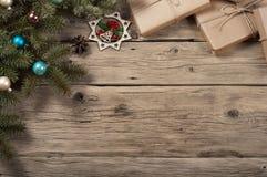 Ramo di un albero di Natale con i giocattoli ed i regali di Natale Immagine Stock Libera da Diritti