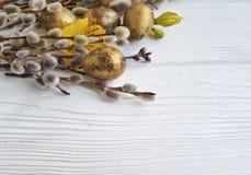 Ramo di un salice su un fondo di legno bianco, alstroemeria di pasqua delle uova di quaglia del fiore Immagini Stock Libere da Diritti