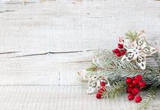 Ramo do abeto com as decorações do Natal no fundo de madeira rústico branco imagem de stock royalty free