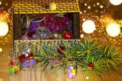 Ramo do Natal da arca do tesouro e garrafas pequenas foto de stock