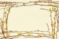 Ramo do salgueiro e ovos da páscoa decorativos no fundo amarelo Vista superior, espaço da cópia Imagens de Stock