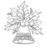 Ramo do vetor com folhas do esboço e bagas da baga do Ilex ou do azevinho e sino ornamentado no fundo branco Fotografia de Stock