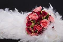 Ramo dulce de sombra de las rosas rojas en la pluma blanca Fotografía de archivo libre de regalías