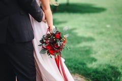 Ramo en las manos de la novia fotos de archivo libres de regalías