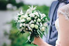 Ramo en las manos de la novia imagenes de archivo