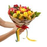 Ramo festivo único que consiste en manzanas, las peras, la ceniza de montaña, los limones, el viburnum, las granadas y las rosas  foto de archivo