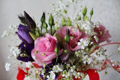 Ramo floral hermoso de rosa y de rosas púrpuras con la cinta roja imagen de archivo libre de regalías