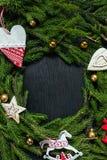 Ramo fresco dell'abete con i giocattoli di Natale Bello fondo per inserire testo Vista dalla parte superiore Il Natale progetta i Fotografia Stock Libera da Diritti