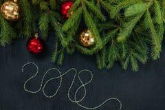 Ramo fresco do abeto com brinquedos do Natal Fundo bonito para introduzir o texto Vista da parte superior Fundo de madeira do pro Imagem de Stock Royalty Free
