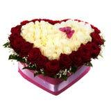 Ramo fresco, enorme de rosas blancas y rojas, aislado en el blanco, en forma de corazón Fotografía de archivo libre de regalías