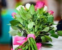 Ramo hecho de rosas rojas y blancas Imágenes de archivo libres de regalías