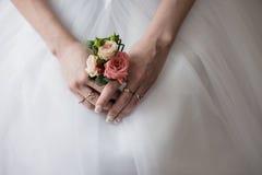 Ramo hermoso de diversos colores en las manos de la novia Fotos de archivo libres de regalías