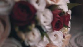 Ramo hermoso de flores blancas, rojas y amarillas Cierre para arriba Flores hermosas