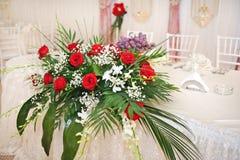 Ramo hermoso de flores color de rosa en la tabla Ramo de la boda de rosas rojas Ramo elegante de la boda en la tabla en el restau Imagen de archivo libre de regalías