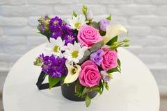 Ramo hermoso de flores coloridas en un cierre blanco del fondo imagen de archivo libre de regalías