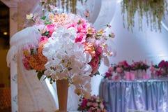 Ramo hermoso de flores en la tabla de la boda en un restaurante Imagenes de archivo