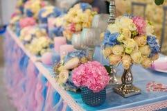Ramo hermoso de flores en la tabla de la boda en una decoración del restaurante Imagenes de archivo