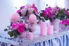 Ramo hermoso de flores en la tabla de la boda en una decoración del restaurante Fotos de archivo libres de regalías