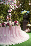 Ramo hermoso de flores en la tabla de la boda en una decoración del restaurante Fotografía de archivo libre de regalías