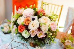 Ramo hermoso de flores en la tabla de la boda en una decoración del restaurante Imágenes de archivo libres de regalías