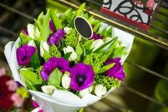 Ramo hermoso de flores frescas en cajas Concepto del servicio del florista Concepto al por menor y grueso de la tienda de flor de fotos de archivo libres de regalías