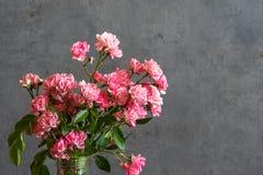 Ramo hermoso de flores rosadas de las rosas fondo del d?a de fiesta o de la boda imagen de archivo