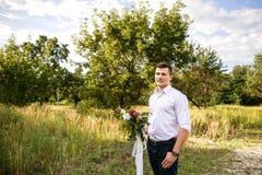 Ramo hermoso de la boda del control del hombre en su mano fotos de archivo